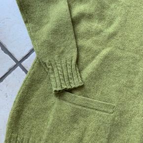 Fin lækker strik i 100 % lambswool Brystmål  58 X 2 cm Længde 72 cm