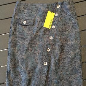 Flot nederdel med pris mærke Nypris 549.95 kr.