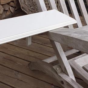 Fin hvid hylde med hyldeknægte i almuestil, enkelte brugsspor  L 160 cm D 16  cm H 17 cm Kan hentes enten i Hellerup eller Hornbæk