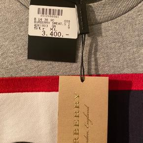 Sælger denne mega blærede trøje fra Burberry til knapt halv pris, da den er købt i en lidt for stor str. Den er købt hos kaufmann i Vejle, kvittering og mærker haves, men er kun sat på igen da jeg skulle tá billeder så i kunne se mærket.   Trøjen har vært båret en enkelt gang siden den blev købt, så den fremstår som helt ny.   Giv et realistisk bud og lad os se om vi når til enighed.