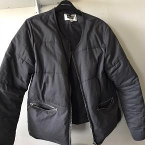 Mørke grå jakke fra Weekday Brugt meget få gange og fejler bestemt intet Str. M men kan også fitte en small (er selv s)
