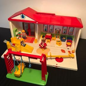 Playmobil børnehave som er nemt at pakke sammen og fragte. Næsten som NY. Leget med få gange. Mangler kun 1 del på gyngestativet. Manual medfølger.