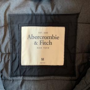 Størrelse: M Mærke: Abercrombie & Fitch  Vinterjakke. Købt i New York. Har hængt i skabet i 2 sæsoner nu.