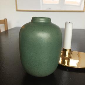 Vase  H: 14,5 cm Ø (bund): 6 cm  Aldrig brugt Nypris: 200 kr Prisen er fast  OBS: Vasen er nyproduceret og af ikke-kendt mærke