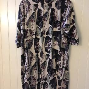 Nümph. Lang tunika/kjole med knap lukning i ryggen.