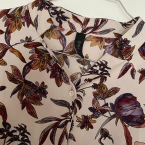 Smuk skjorte med blomsterprint. I polyester. Brugt få gange men er desværre blevet for lille.   Giver gode mængderabatter 🌸