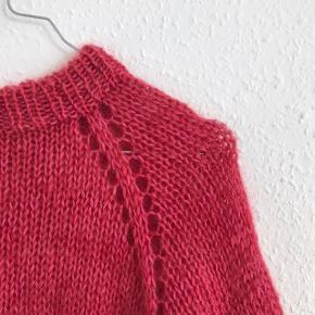 Hjemmestrikket sweater efter design af Uhlala Knitwear (tidligere Dina The Knitting Mom). Str. S, men løst fit.   Søg evt. efter #peachysweater på Instagram.  Strikket i blød merino og silk mohair.   Brugt få gange.