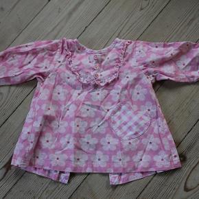 """Varetype: kjole tunika tunikakjole m. hjertelomme Størrelse: 80 / 86 12-18 mdr. Farve: lyserød pink hvid Oprindelig købspris: 269 kr.  ★ RIGTIG SØD CUPCAKE TUNIKAKJOLE M. HJERTELOMME ★  En rigtig fin og sød tunikakjole i lyserød, hvid, sart rosa og pink. Der er """"fake"""" knapper ved halsen med flotte flæser rundt om samt en ternet hjertelomme i den ene side. Tunikakjolen lukkes på ryggen, hvor der er knapper hele vejen ned, så den er nem at tag på og af.  Jeg kan simpelthen ikke finde noget størrelsesmærkat på den, men er ret sikker på, at den oprindeligt er købt som værende en str. 80 /12 mdr., OG at den så er ret stor i størrelsen, som Cupcake generelt er. Så jeg vil mene, at den bedst vil passe en str. 80-86 / 12-18 mdr. Dertil er tunikakjolen med god vidde både over brystet og nedadtil, så den kan bruges over en længere periode :-)  Tunikakjolen er i god, men brugt stand, og den har hverken slid, huller eller pletter. Nypris kr. 269,-.  Skriv emailadresse for billeder i stort format, så du kan zoome ind og se alle detaljerne :-)  ★ FAST PRIS KR. 59,- + B-porto på eget ansvar kr. 14,- ★  SPAR PORTO og afhent i Esrum, Nordsjælland. Kom også gerne forbi og prøv/se varen ;-)"""