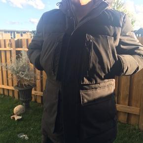 Ny jakke er blevet brugt i tre måneder ingen slid på den kometer 3100 kr fra ny