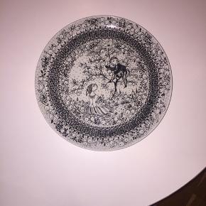 """Bjørn Winblad """"Årstiderne"""" tallerken i fin stand. Aldrig været brugt som tallerken, da den har været hængt oppe."""
