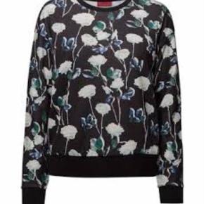 Varetype: Sweatshirt Farve: Sort,  Marineblå,  Grøn Oprindelig købspris: 999 kr.  Brugt 1 gang.  Stoffet er fint og glat.