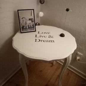 Sødt lille hjørne bord kalkmalet og med dejligt gamle retro stil med buet kanter