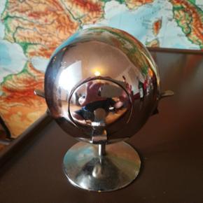 DDR SKULPTUR UNIKT ØSTTYSK GENSTAND. ligner en globus dykker kuppel. Jorden månen Eller askebæger. Højde Ca 13/14 cm. Diameter Ca. 10 cm. Fast pris. Lad venligst være med at komme med andre bud. Kan afhentes i Århus N. /Trøjborg