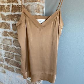 Top I ren silke fra By Malene Birger.