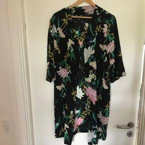 Blomstret kimono fra Only. Ikke brugt meget. Str 40