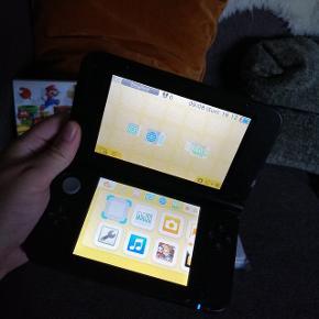 Hej! Jeg har en Nintendo 3DS XL monster Hunter 3 edition til salg (spillet er pre-installed på den)☺️ Der medfølger 2 Mario spil ☀️☺️  OBS. Det er ikke NEW versionen!  Jeg har spillet på den nok max en 10 gange. Ellers har den lagt i kassen siden😌 Så nu det på tide den får en ny ejer!☺️ Den har haft et vinyl klistermærke på, så der er en svag skygge på konsollen fra det. 😅 (Har prøvet at få et billede af det) Men tror sagtens det kan fjernes igen!😄 Konsollen er en mat sort edition!  Ellers fejler den ikke noget. Oplader medfølger også!☀️ De 2 års garanti er desværre udløbet. Men der har aldrig været problemer med den☺️