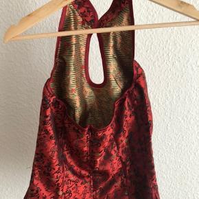 Kan afhentes i Odense eller sendes efter aftale 👌🏻  ☀️ fri fragt ved køb af flere ting.   100% silke top, med dyb ryg. Lukkes i nakken og har lynlås i siden.