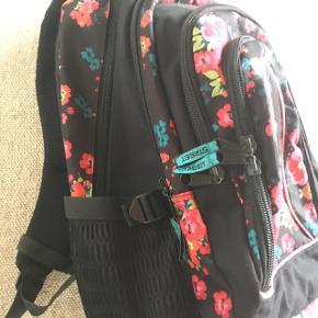 """Rygsæk/skoletaske i mærket """"street"""". 2 store rum og 2 mindre. Minimal slitage. Priside 200 kr."""