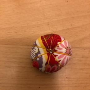 Lille broche i stof i forskellige farver ca 3cm