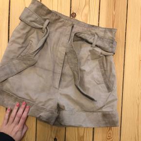 """100 % Skind. Nypris ca 1000kr i bahne. Model: """"Holt Leather shorts"""". Brugt et par gange derfor mindstepris på 300kr ex Porto. Højtaljede eller kan sidde på hoften :)"""
