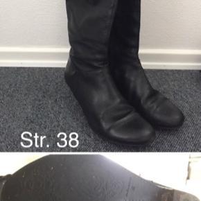 Støvlerne er brugt men stadig i god stand. Sælges, da jeg har købt nye, og ikke får dem brugt.   Kom med et bud.   MobilePay og sendes efterfølgende (hvis du ikke henter selv) med dao på købers regning.