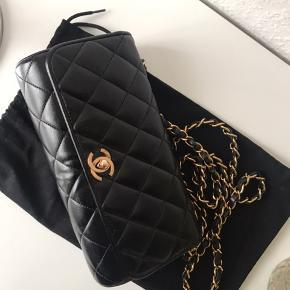 Fantastisk smuk Chanel taske.  Der er lavet et certifikat af tasken, som jeg har betalt for, så eventuelt køber har noget hvorpå, at det beskrives at tasken er ægte.   Tasken er i overall pæn stand. Dog er serienummeret inden i rigtig slidt, og det er svært at se, hvad der står derpå. Derudover er bagepladen bagpå låsen røget af for år tilbage og er derfor erstattet med en ny guld plade. Tasken er indfarvet. Hjørnerne samt selve tasken er i rigtig pæn stand.