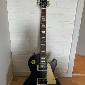 Sælger Harley benton guitar med lille forstærker, guitar holder og taske. Perfekt begynder sæt. Brugt ca 2 år. Fungerer ganske fint. Kan hentes i Holstebro eller omegn. Skriv gerne for interesse.