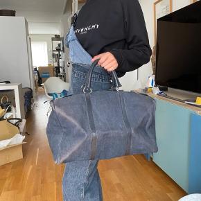 Fed duffel bag fra Christian Dior i sort/mørkegrå med monogram. Super rummelig og kan bruges som håndbagage eller over en weekendtur. Standen er god men brugt og eventuelle brugsmærker fremgår af billederne. Der er tale om mærker der hvor tasken folder da jeg fejlagtigt ikke har opbevaret den med noget indeni.   Kun seriøse bud tak!  Mængderabat gives ved køb af flere ting!