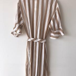 💟 GunnaGZ Long Shirt  💟 Lang og let skjortekjole med bælte  🎨 Stribet hvid og sand  💟 86% Viskose, 14% Nylon