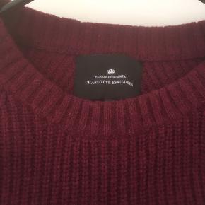 Mærke: Designers Remix- Charlotte Eskildsen  Størrelse: S, men er stor i størrelsen Farve: Bordeaux Blusen: blusen er længere bagpå og dette giver et flot snit. Materiale: 50 % lambswool, 45% cotton og 5 % Angora Stand: næsten som ny  Nypris ca ca. 1200 kr Sælges 275 kr