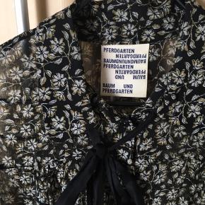 Yndig skjorte med sløjfe - fin både sommer og vinter.