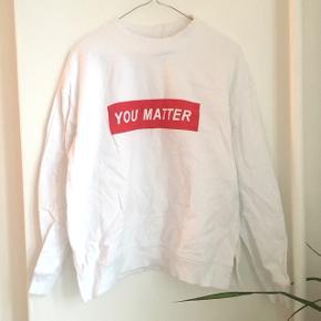 """Sweatshirt fra H&M i str M med """"You matter"""" på brystet 😊"""