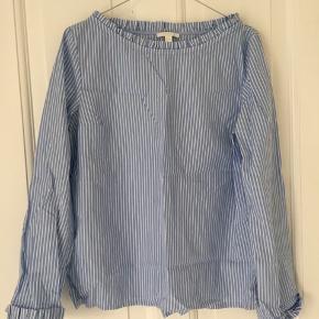Skøn løs stribet skjorte fra cos. A formet. Fin udskæring ved hals. Næsten ikke brugt.   God til sommeren.   Hurtig handel. Hentes på Nørrebro.