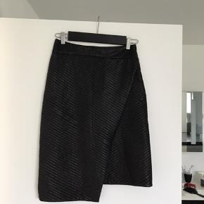 Super fed læder nederdel fra Day/2nd day sælges, den er brugt få gange og i fin stand, desværre bare for lang til mig på 160 cm. Den måler 58 cm på det korte stykke og 64 cm på det lange stykke.Der er ingen mærker eller str i, men den hedder 2nd Day pattend.