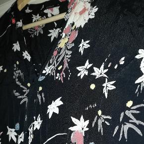 Flot lang skjortekjole - med flot blomster mønster. Passer vedr en str S.