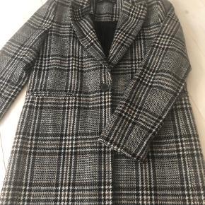 Sælger denne fine, klassiske ternede frakke fra Zara. Frakken er brugt enkelte gange og fremstår derfor i rigtig fin stand.