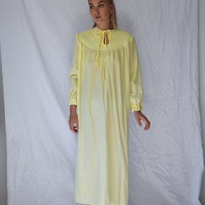 💛 Smuk gul quilted vintage gown fra CoutureCrash Vintage.   ALTID GRATIS FRAGT!   MEASURMENTS: - Fulde længde: 122 cm - Talje: 52 cm. (x2) - Skulder-til-skulder: 42 cm.    🌈 GÅ TIL WWW.CCVINTAGE.DK / @couturecrashvintage FOR AT SE FLERE VINTAGE STYLES OG FLERE BILLEDER.