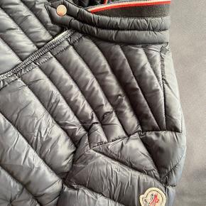 Moncler jakke str. M. Ikke været brugt i 1 år og er for lille, så derfor sælges den.