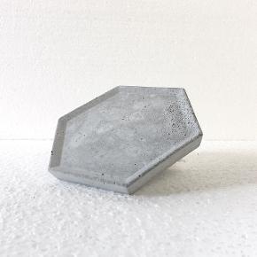 Håndlavet grå mini cement bakke, i lysegrå beton. Den kan bruges som sæbeskål, smykkeskål, eller andet.  Håndlavet, så der kan forekomme så uregelmæssigheder. Det er den på billedet der sælges.   Cirka 11,5*11,5 cm  Kan sendes for 36kr med dao eller afhentes i Aarhus