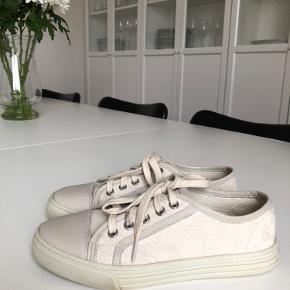 Gucci Low Canvas sneakers. Brugt få gange. Italiensk størrelse 35, svarer til en lille størrelse 37.