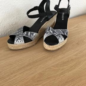 Super lækre sandaler str 38 helt nye. Købspris 899 kr