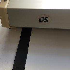 Flot film/data læred. Mærke: DS Display og  data. Mål: 192 cm bred og 187cm højt. Har display beslag på. Klar lige til at hænge op. Har hiv og træk funktion, som gør der nemt. Ny pris 1299kr