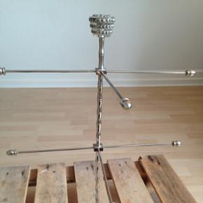 Super fint smykketræ fra Lisbeth Dahl med 6 arme.   Højde: ca. 48cm  Bredde: ca. 35,5cm   Der er normalvist 8 arme men to af dem er væk, men det betyder bare at det faktisk kan stå ind mod en væg & der er stadig massere af plads til smykker.  Armene kan skrues af & på så man kan selv vælge hvor & hvor mange arme der skal bruges.