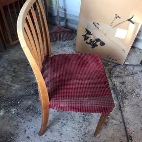 Klassiske træ stole, slidte så skal om betrækkes og slibes. 6 stk ialt. Pris 100 kr. Pr. Stk. Tilbudspris for 6 stk. 500 kr.