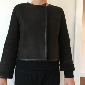 Kort lækker kvalitets rulamsjakke fra bundtmager Sten Bergstrøm. Sælges billigt, ny pris over 3000kr desværre er den lidt for lille til mig så den hænger bare i skabet.