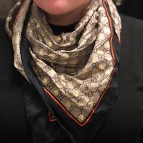 Gucci tørklæde i perfekt stand, er bare lidt krøllet, så den kan stryges. I brun/beige Gucci logo stof, med guldglimmer på den ene side, så man kan vende den alt efter humør.
