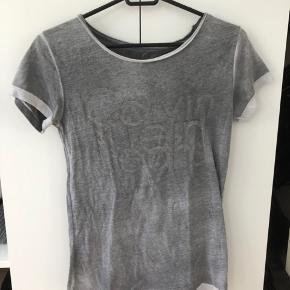 Super fin Calvin Klein t-shirt i grå. Kun brugt to gange, så den er næsten som ny.