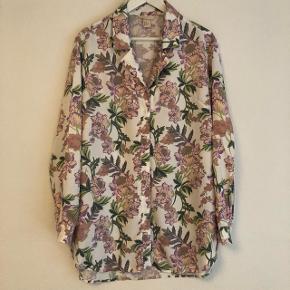 Fin blomstret skjorte fra H&M trend str 34 (stor i størrelsen - passer også en 36 eller 38) Aldrig brugt. Nypris 449,-