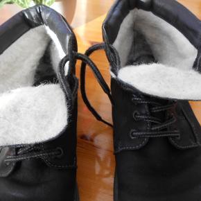 Vinterstøvler, Rieker, str. 43, Sort, Ru læder, Næsten som ny  Pæne sorte støvler kun brugt i en kort periode og uden slid og brugsmærker. Varm foerede. Nypris 698 kr. Porto med DAO uden omdeling  , fremme på 2-4 dage Har mobilpay