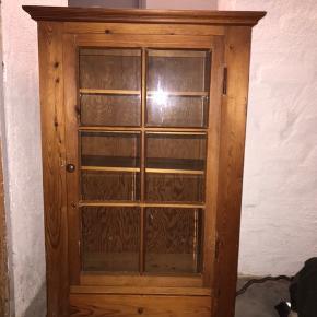 Sød gammel vitrineskab til ophæng på væg. Det trænger til en kærlig hånd men kan blive rigtig fin til fx børneværelset med en omgang slibning og maling
